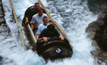 不好好乘獨木舟 這些瘋子在遊樂園做的事讓你笑翻