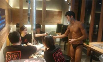 邊吃肉邊看肉,韓國有小褲褲猛男上菜服務怎麼不早說?
