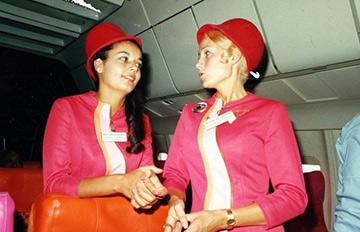 60年代的空姐酷愛迷你裙 裸腿上演制服誘惑