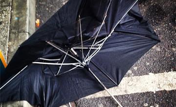撐了雨傘還是濕?原來把雨傘顛倒設計就解決了!