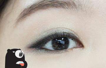 適合夏天的自然系眼妝:金屬感煙燻妝