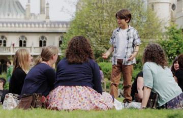 這個小男孩走向女人們搭訕,說了一句話就讓大家笑得花枝亂顫?