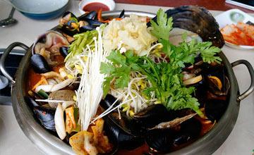 你絕對沒見過!俗又大碗的韓式海鮮辣炒碼麵