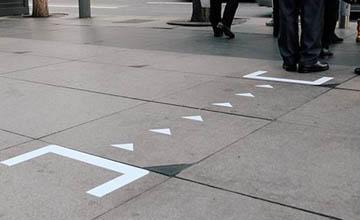 公車站牌人擋路,用一個括號就解決了?