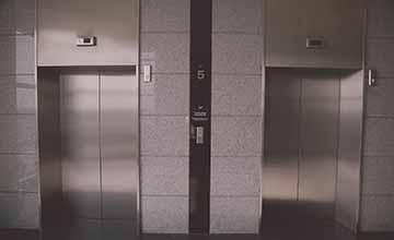 電梯裡為什麼會有鏡子?答案...讓人好暖心