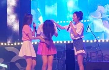 Red Velvet驚傳舞台意外 Joy耳朵受傷痛苦跌坐舞台