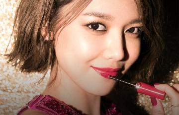 少女時代、孔曉振都擦這支唇彩!秀英的畫報拍攝直擊太美了♥