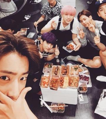 B1A4自拍本性全都露  粉絲驚嘆怎麼連吃這個也要拍!