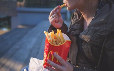 漢堡裡面夾布丁?!麥當勞推超可愛「布丁狗」聯名商品