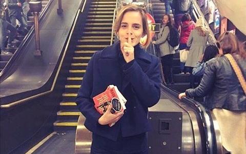 妙麗在地鐵出沒了! 猜猜她到底在幹嘛?