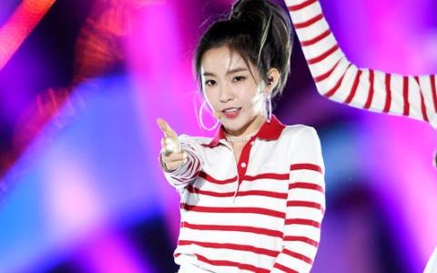 Red Velvet 連身裙短到讓粉絲發火!Irene裙子短到在舞台上直接差點走光 超驚險的一刻讓人差點飆髒話啊