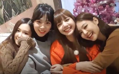 BLACKPINK炫耀「新宿舍」大型聖誕樹~ 見面會成員插腰碎念粉絲 背後原因超暖!