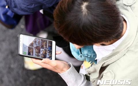 僵屍出沒?!去韓國要小心這群「手機僵屍族」!