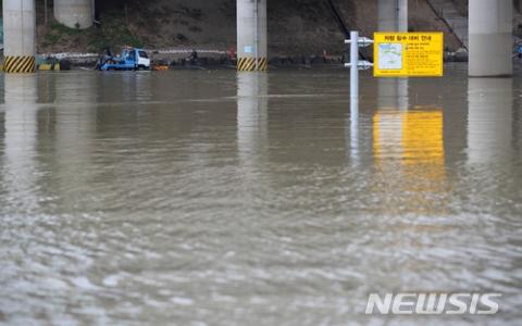 首爾暴雨景象超慘!三張圖帶你看台灣人最愛「清溪川」淹到步道消失了!