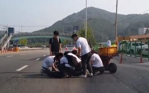 韓網民大呼「這根本是天使吧!」男高中生們做了什麼事?!