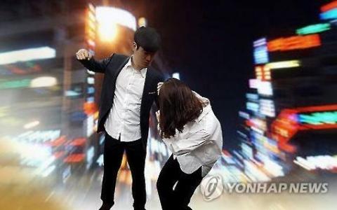 驚!懷疑被劈腿,韓國恐怖男竟在路邊把女友打死...