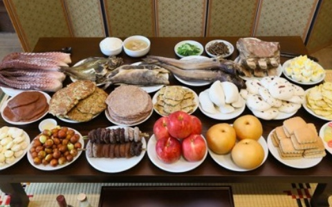 放著供品的桌子有什麼端倪!大家猜的出來哪個是南韓、哪個是北韓嗎?