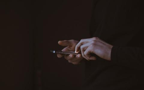 「我發現男友跟前女友聯絡,該怎麼辦?」原PO看了網友留言後做了超帥的舉動!