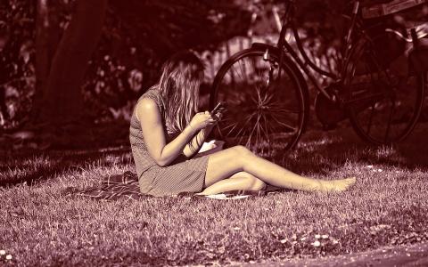 「不信任我?」趁男友睡覺時查手機,你能體諒這樣的女朋友嗎?