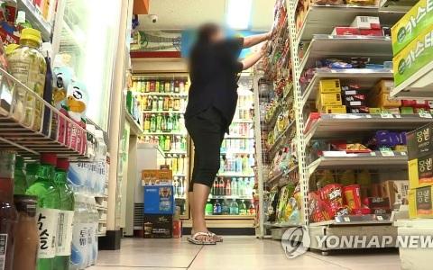 已經不是第一次鬧事!韓男向超商店員要巧克力不成竟拿酒瓶砸人