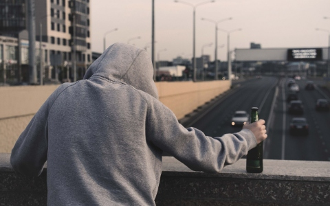 喝酒喝到神智不清的韓國年輕人竟出手打警衛爺爺,害他連牙齒都被打斷...