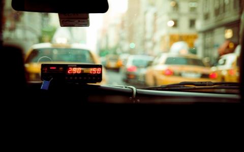 韓國少女一上車就坐錯位子...計程車司機居然還想用金錢誘惑她!