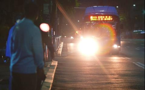玩再晚都不怕回不了民宿!12月首爾市將加開四條深夜「貓頭鷹公車」路線!