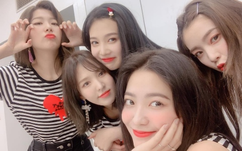 Red Velvet成員的畢業照「有玄機」?偷藏「愛的暗號」被抓包...粉絲大笑:「還不從實招來!」