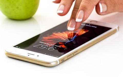 「我這麼不值得信任?」女友想在我的手機登入指紋解鎖該不該同意?