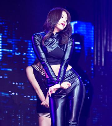不要只看著雪炫,她身邊其實有個火辣正妹沒被注意!