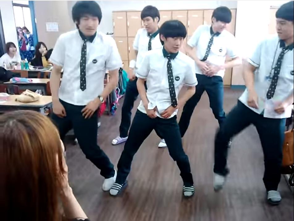 因為這段2013年的影片 讓幾個男高中生爆紅~ 快來看看他們的舞技吧!