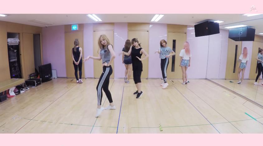 Apink的新歌《Remember》發行不久後,編舞練習影片也釋出了 而其中有一個亮點讓大家都好吃驚,你知道是什麼嗎?