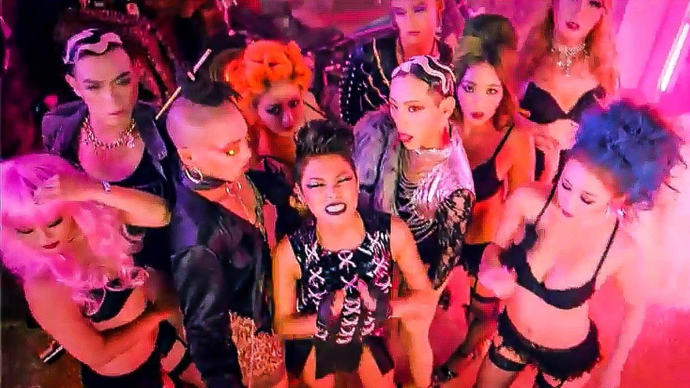 她在8月時推出了個人單曲〈My Number〉, MV中火辣的女、男舞者帶有打破常規的態度,旋律搖擺吸引人。