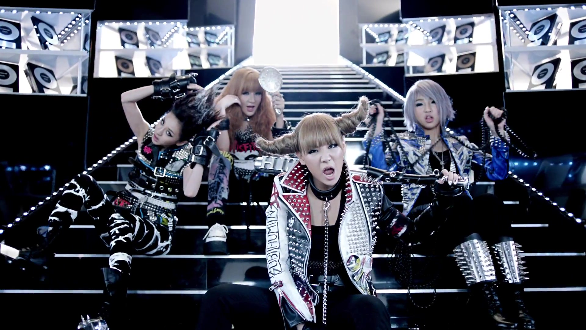 2NE1 - I AM THE BEST (2011)  2NE1許多歌曲都榜上有名,但是這首歌幾乎可以是她們的頂峰之作!就算你前面再怎麼忽視KPOP,也很難不被圈進去的這首歌