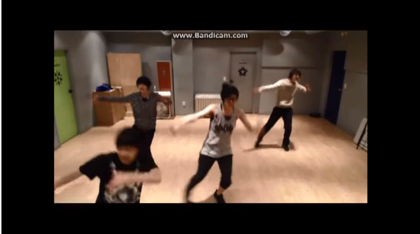 而且他們也曾經把前輩當做練習的對象,跳過EXO的舞呢  *影片無法播放時,請點擊至原出處觀看
