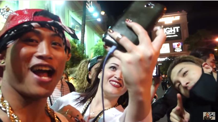 快來看看當天在拉斯維加斯的現場到底發生了什麼事! 另外,一直叫BIGBANG跟大家合照的這個男生也是知名youtube紅人叫Kenny,特別愛2NE1 (XDDD)