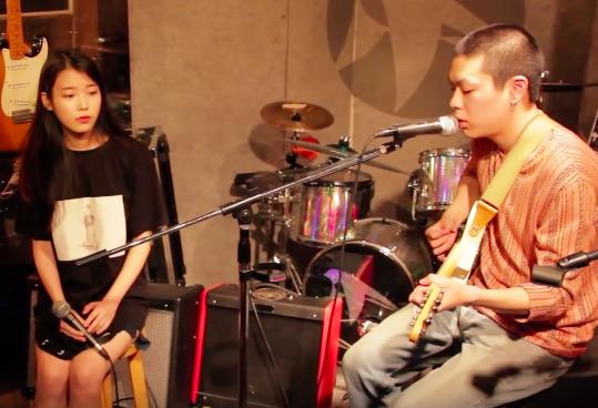 對了!那有人沒有看過這首歌的 LIVE 嗎? 是最近超高人氣的 Hyukoh(혁오)和 IU 合唱的影片喔!
