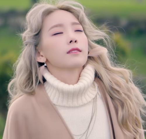 太妍(feat. Verbal Jint) - I (2015/10) 雖然演藝年資跟上述不一樣,但是作為solo歌手真的是新人呀!這首歌應該不用多說什麼,大家都能夠感受得到吧!?