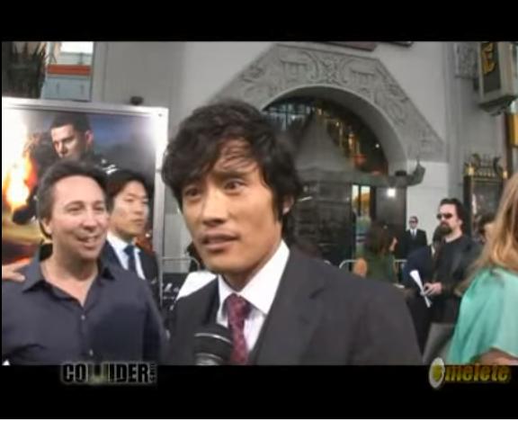 憲哥2009年接下《特種部隊:眼鏡蛇的崛起》進軍好萊塢電影,走紅地毯時用英文採訪跟對答都不是問題啊~