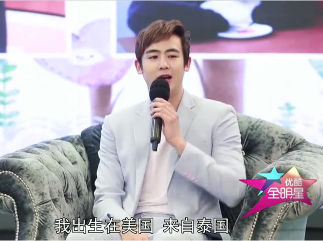 曾經上中國優酷的專訪,用全英語流暢溝通的他說,他其實父母都是中國人,但小時候在美國出生、泰國長大!連中文發音都標準呢~