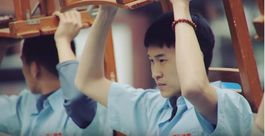 台灣的青春電影似乎除了像是「那些年」裡 對逝去青春的懷念、及初戀記憶外  在同性之間曖昧難以說明的情感的細膩刻劃也是特點 而片中灰濛的光線也像是暗示著難以說明又極度壓抑的青春