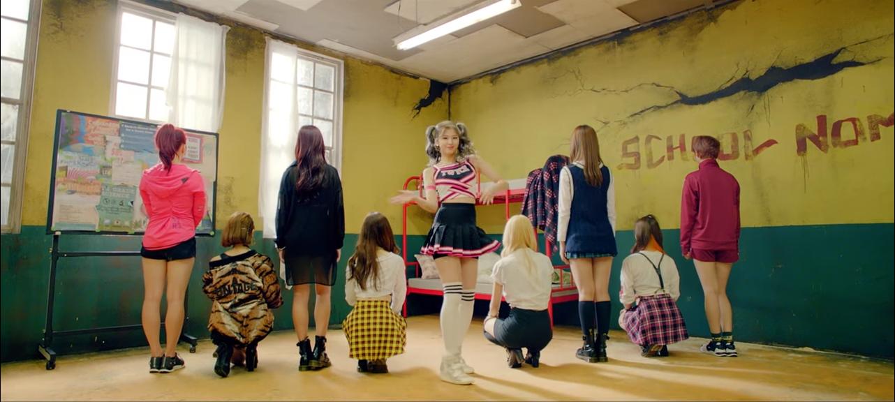 看著她們的排名持續上升  連小編也感動的想哭啊~ 就讓我們再點開她們的舞蹈版本MV 再衝一次1000萬的點閱吧!