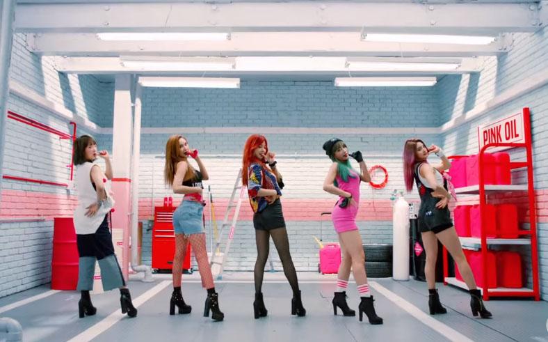 這次新曲被韓國媒體稱她們不再是逆行,而是正向行駛大發的女團啦!大家一起支持她們的新曲〈HOT PINK〉吧(゚∀゚)
