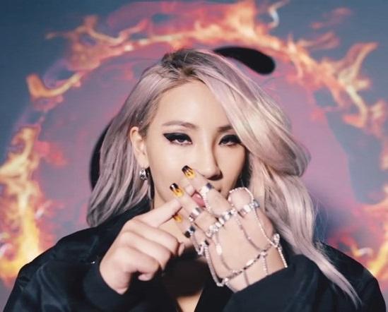 No. 12 CL - HELLO BITCHES  讓人望穿秋水,說好在美國出道但等到頭髮都要白了的CL,在正式出道前發行這首韓英歌詞混雜的歌曲,證明她正走向正確的道路。就像她之前的solo曲《MTBD》擁有YG娛樂濃濃的中東風味以及讓人上癮的重低音貝斯,搭配上CL的氣場與編舞家Parris Goebel的舞群演出,這首大膽、感染力十足的歌曲證明沒有韓國女歌手可以變成CL~
