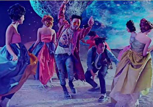 No. 8 BIGBANG - Bae Bae  這首《Bae Bae》MV在充滿藝術性的場景裡描繪著年輕人的愛戀,包含GD和TOP都賜予了節奏性強、充滿力量的饒舌,而太陽、大聲與勝利在各自的部分又巧妙的融合在一起,更不用說引起眾多討論的MV寓意,富有深度~