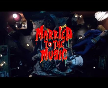 No. 6 SHINee - Married To The Music  比起前一首主打曲《View》,先不說這首MV的怪誕MV風格,包含洗腦歌詞、disco曲風、讓人想跟著舞動的旋律,就夠吸引人了,直到看了MV後,每個成員一個個器官消失,讓人不寒而慄但卻歡愉的MV形成強烈對比