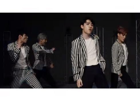 No. 3 EXO - Love Me Right  收錄在EXO賣得最好的專輯之一的《Love Me Right》,擺脫了之前歌曲總是沉重的EDM曲風,反之結合銅管樂器、電吉他,完美融合的悅耳旋律+流暢的R&B,當然還配上好看的MV,那空蕩蕩的置物櫃似乎暗喻著他們已經突破以往的框架。
