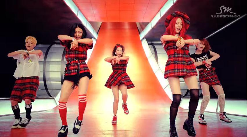 同門師姐f(x)也不遑多讓 雖然被選中的曲目是當時還是五人組的 f(x) 讓人看到當時的MV有些感傷 但還是不減這首歌受到網友喜愛的程度