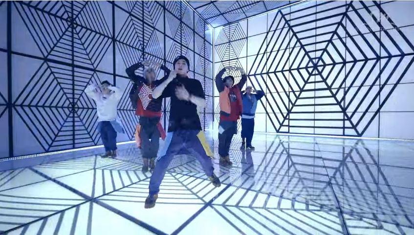 和讓人目眩神迷的舞蹈一般 音樂也同樣讓人「中毒」的EXO-K 「中毒」一曲中 被選出來的有兩個Part~