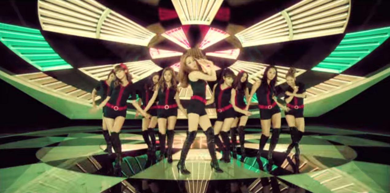 接著以弓箭舞步 再次襲捲韓國的《hoot》  音源成績當然不用說 甚至還在音樂節目上請出Psy一起伴舞 就知道這首歌的魅力 (記得少時好像也有幫Psy伴舞)